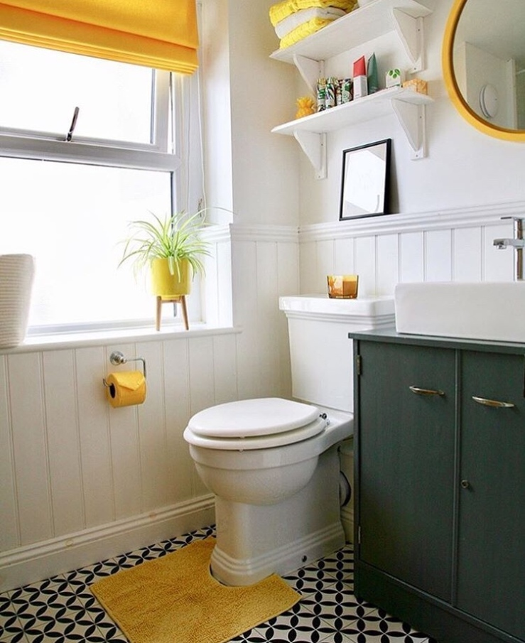Neutral bathroom with yellow accessories.